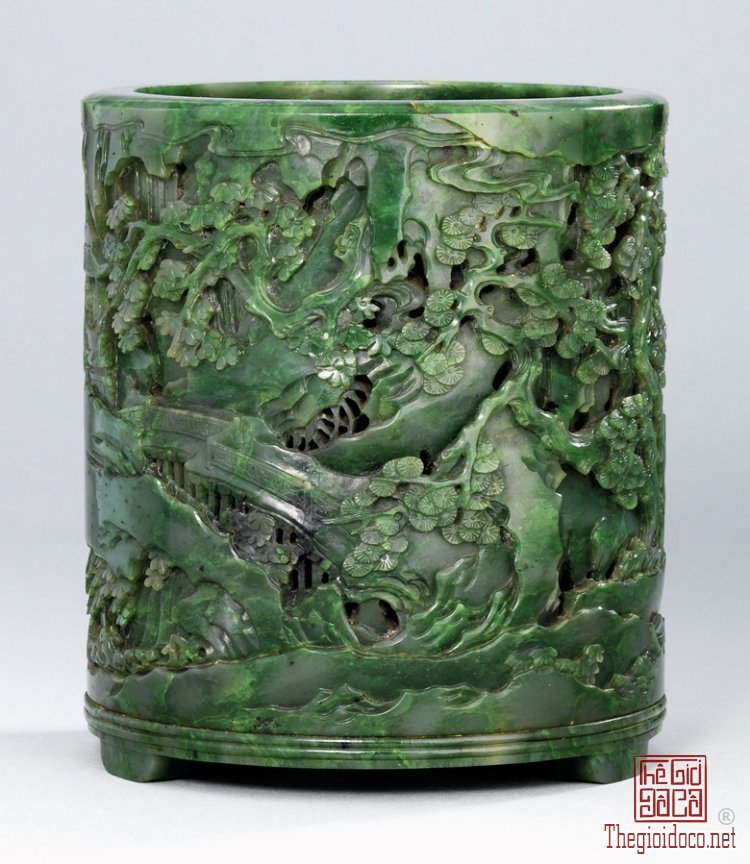 a-finely-carved-and-reticulated-spinach-qianlong.jpg